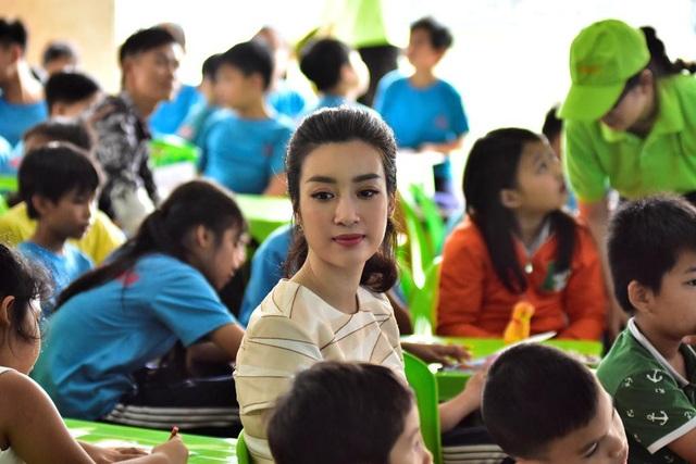 Ngồi chơi đùa, ca hát cùng các bé, có những lúc bắt gặp người đẹp nhìn các em ở làng May Mắn với đôi mắt đầy ưu tư
