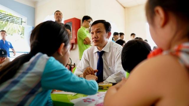 Ông Trần Thái Nguyên, Phó TGĐ công ty Qui Phúc cũng với gương mặt đầy ưu tư khi ngồi chơi với các bé. Bao năm qua, ông luôn nỗ lực cho khách hàng của mình hiểu rằng, mỗi một sản phẩm khi mua, khách hàng đã góp tay với Qui Phúc chăm lo cho những mãnh đời bất hạnh