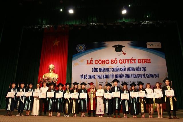 Gần 700 sinh viên nhận bằng tốt nghiệp vào chiều 16/6