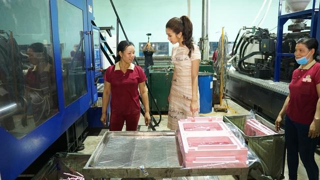 Cô hoa hậu mỗi khi đến xưởng rất quan tâm đến đời sống của anh chị em công nhân