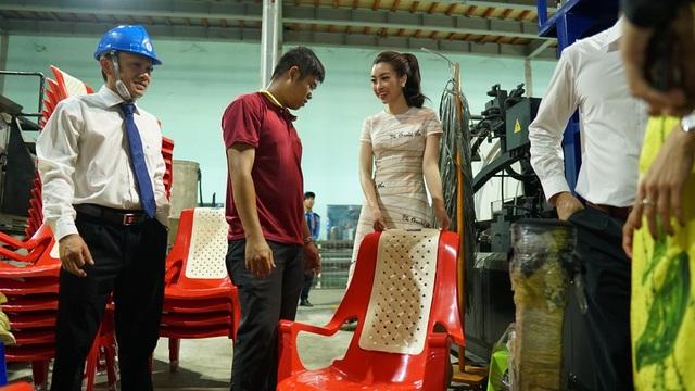 Hoa hậu Đỗ Mỹ Linh rất thích thú khám phá quy trình làm ra những sản phẩm gắn liền với cuộc sống hàng ngày. Trong ảnh, Linh hỏi khá kỹ về quy trình làm ra chiếc ghế Hawaii