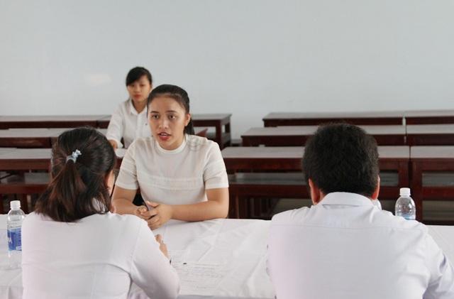Sinh viên trường Đại học Kinh tế Huế trả lời phỏng vấn tuyển dụng vào ngày 15/6