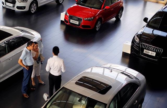 Khách xem xe tại một đại lý Audi ở Thượng Hải. Ảnh: Reuters