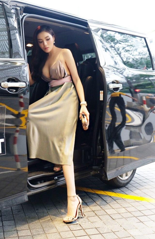 Hoa hậu Kỳ Duyên vừa sang Singapore tham dự một sự kiện. Trong ngày cô còn cùng bạn bè hoà mình vào đại nhạc hội tại đây.