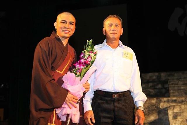NSƯT Khải Trần được cha lên tặng hoa trên sân khấu khi hoàn thành vở diễn Vua Phật