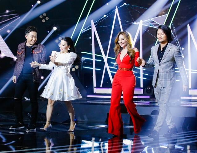 Trấn Thành (ngoài cùng bên trái) xuất hiện trong dàn giám khảo cùng ca sĩ Minh Tuyết, Cẩm Ly, đạo diễn Hoàng Nhật Nam.