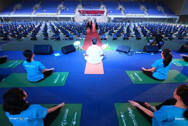 Đây là màn đồng diễn của gần 1500 người tham gia tập Yoga