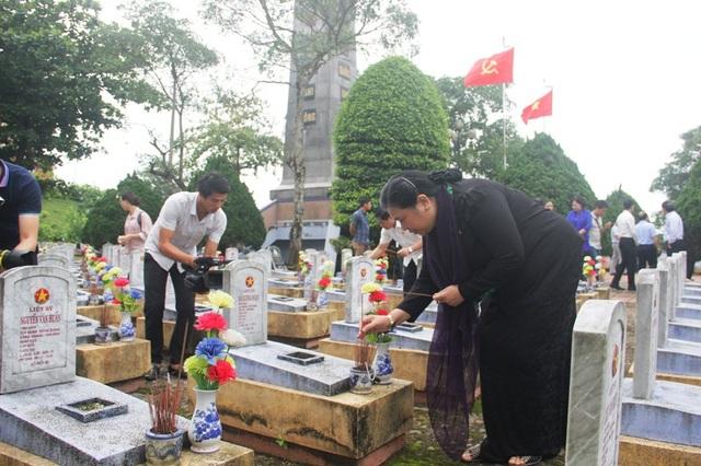 Phó Chủ tịch Quốc hội Tòng Thị Phóng tri ân các anh hùng liệt sĩ tại Nghĩa trang huyện Hướng Hóa