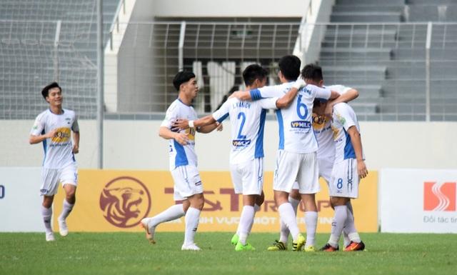 Đức Chinh giúp SHB Đà Nẵng ngược dòng thắng 2-1.