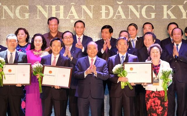 Thủ tướng trao giấy chứng nhận đầu tư cho các doanh nghiệp. (Ảnh: Chinhphu.vn).