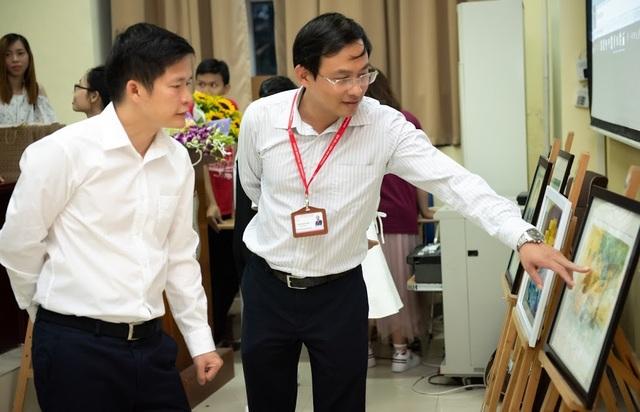 TS.BS nha khoa Nguyễn Phú Hòa (trái) cùng với ông Trần Thanh Tùng - Bộ môn Lý Dược, Trưởng phòng Tài chính (Trường Đại học Y Hà Nội) xem các tác phẩm dự thi.
