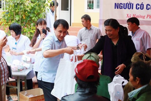 Phó Chủ tịch Quốc Hội Tòng Thị Phóng và GS.TS. Phạm Như Hiệp, Giám đốc Bệnh viện Trung ương Huế tặng các suất quà cho bà con người Lào