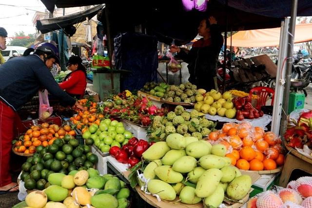 Dù Tết Đoan Ngọ nhộn nhịp, đông người mua nhưng giá các mặt hàng khá ổn định, trái cây cũng chỉ tăng nhẹ từ 2.000-4.000 đồng/kg so với ngày thường