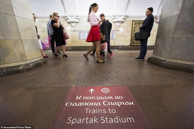Biển báo song ngữ bằng cả tiếng Anh và tiếng Nga giúp du khách di chuyển dễ dàng hơn