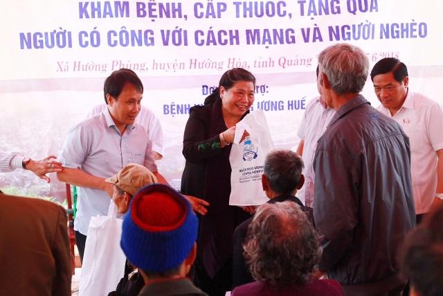 Phó Chủ tịch thường trực Quốc Hội Tòng Thị Phóng tặng quà cho người dân huyện Hướng Hóa, tỉnh Quảng Trị