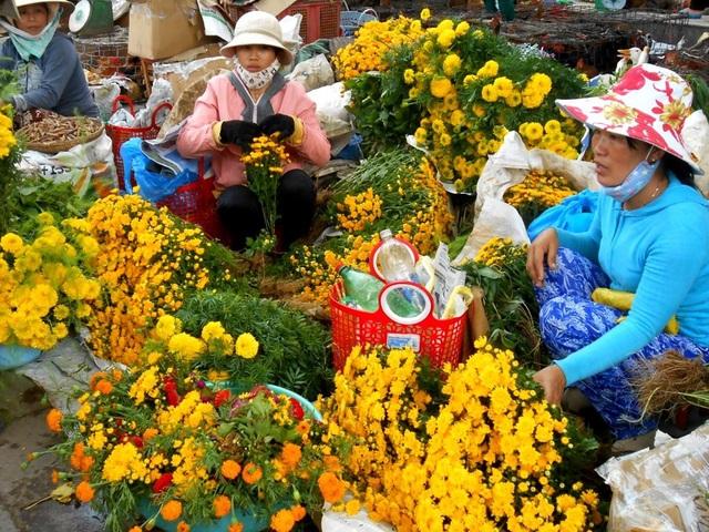Các loại hoa tươi như cúc, vạn thọ… cũng tăng từ 2.000-3.000 đồng/cây…
