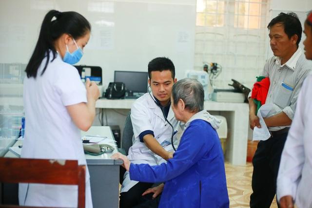 Phó Chủ tịch Quốc hội Tòng Thị Phóng thăm, cấp phát thuốc cho người nghèo - 6