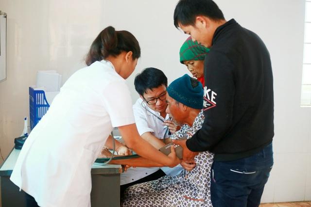 Phó Chủ tịch Quốc hội Tòng Thị Phóng thăm, cấp phát thuốc cho người nghèo - 7