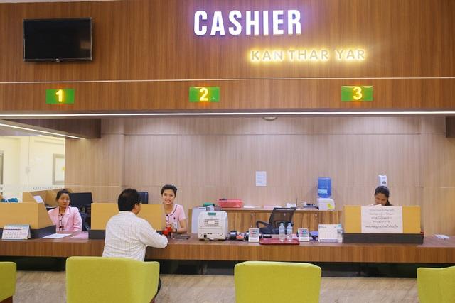 Việc giao dịch, thanh toán ở bệnh viện Kan Thar Yar nay đã dễ dàng và nhanh chóng hơn
