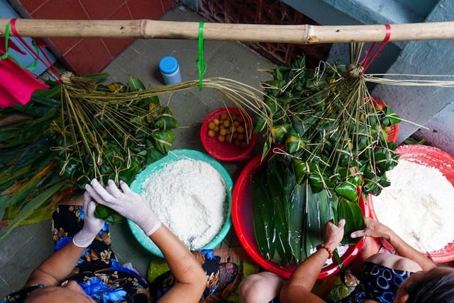 Mỗi gian đình gói hàng trăm kg gạo nếp để đưa ra thị trường.