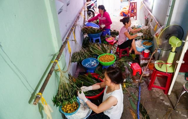Hơn 20 hộ dân làm nghề gói bánh ú lá tre trên đường Phạm Thế Hiển, quận 8, TPHCM.