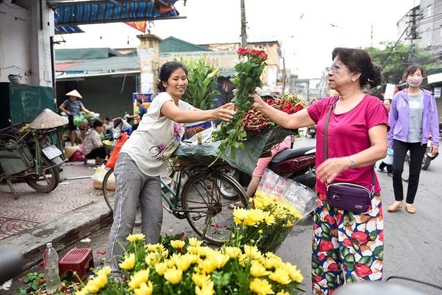 Tết Đoan Ngọ vào ngày đi làm nên nhiều người tranh thủ đi chợ từ sớm để sắm đồ cúng lễ. Ngoài rượu nếp, hoa quả, hoa cúng cũng là đồ lễ không thể thiếu trong ngày này.