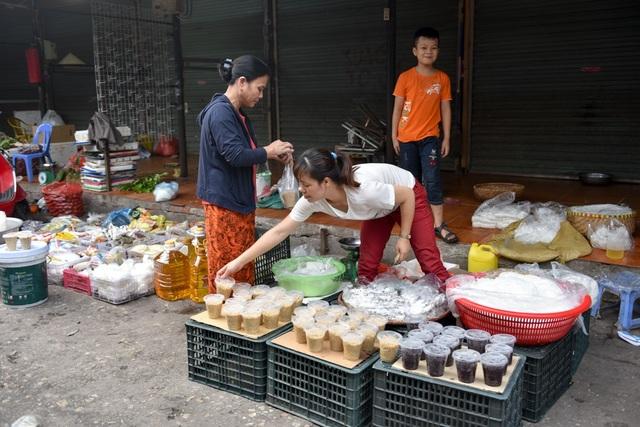 Gian hàng của chị Hà ở chợ Phùng Khoang hôm nay chuẩn bị 2 tạ nếp cái và nếp cẩm để bán cho người dân mua về cúng Tết Đoan Ngọ.