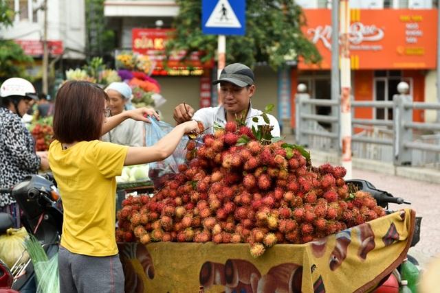 Hàng rong bán chôm chôm liên tục có khách mua từ sáng sớm.