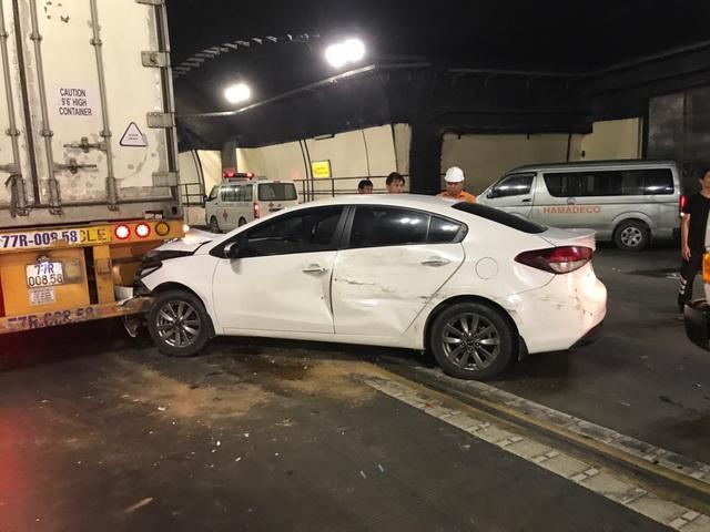 Xe ô tô 5 chỗ bị hư hỏng nặng