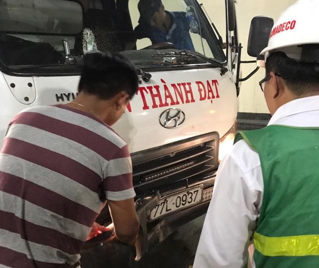 Xe tải không giữ đúng khoảng cách an toàn khi lưu thông trong hầm, và húc mạnh vào ô tô 5 chỗ chạy phía trước.