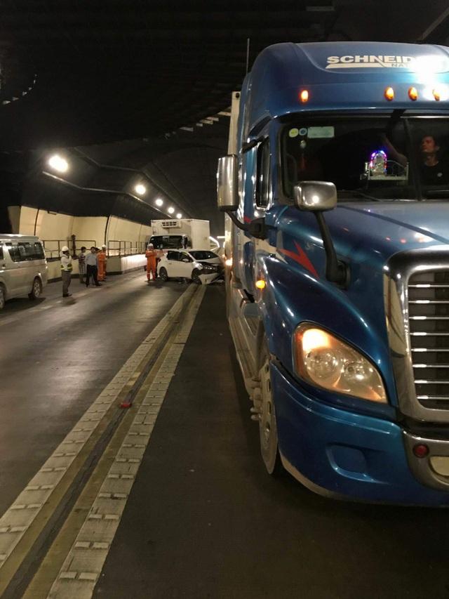 Lực lượng chức năng được huy động xử lý vụ việc, tránh gây ùn tắc giao thông kéo dài trong hầm (ảnh: Ngọc Rạng)
