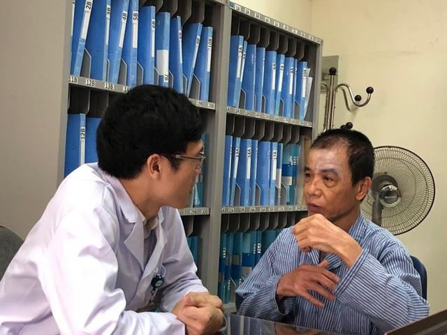 Giá khám bệnh đều giảm ở tất cả các hạng bệnh viện. Trong ảnh, bác sĩ khám cho bệnh nhân mắc bệnh vẩy nến tại Viện da liễu Trung ương. Ảnh: H.Hải