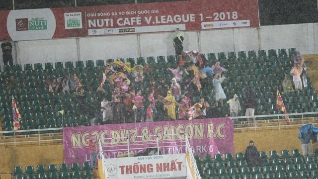Sân Thống Nhất lưa thưa khán giả xem trận đấu giữa 2 đội bóng cùng chịu ảnh hưởng của bầu Hiển (ảnh: Trọng Vũ)...