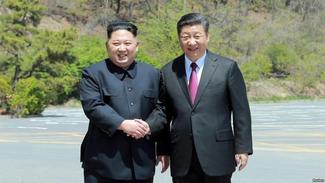 Chủ tịch Tập Cận Bình đón ông Kim Jong-un tại thành phố Đại Liên, Trung Quốc hồi tháng 5 (Ảnh: Reuters)