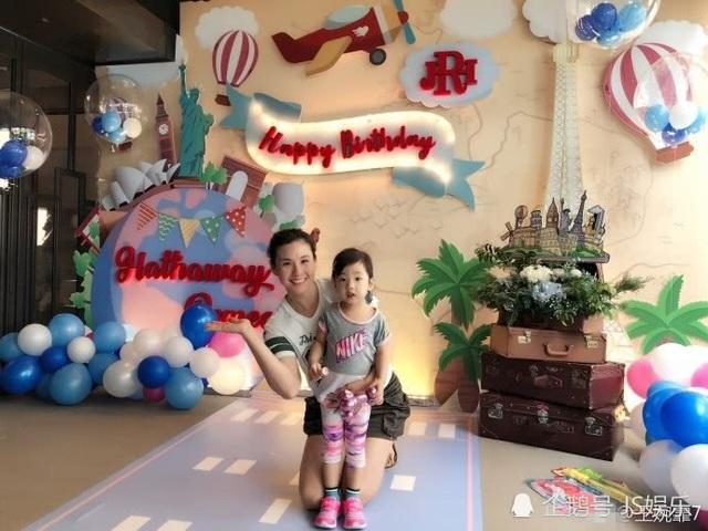 Cô con gái nhỏ của Châu Kiệt Luân và Côn Lăng khá giống cha ruột. Cô bé chào đời vào năm 2015, không lâu sau khi cha mẹ làm đám cưới.