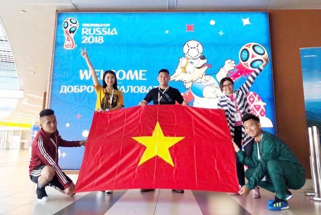 Ngọc Nữ chia sẻ với PV Dân trí, nhóm của cô sẽ phất cờ đỏ sao vàng trong tất cả các trận đấu World Cup mà họ có cơ hội theo dõi trong thời gian một tháng tại Nga.