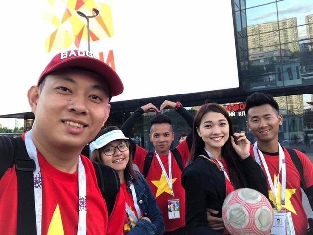 Chính vì thế, đi đâu Ngọc Nữ cũng mặc áo cờ đỏ sao vàng và sắp tới là áo dài để hình ảnh Việt Nam ghi dấu trong lòng bạn bè quốc tế. Dù thường xuyên xuất hiện ở các sân vận động ở Việt Nam mỗi dịp cuối tuần nhưng đây là lần đầu tiên Nữ trải nghiệm cảm giác xem một trận đấu bóng đá thuộc khuôn khổ giải đấu lớn nhất hành tinh. Tuy nhóm của Nữ chỉ có 4-5 người nhưng bạn bè quốc tế đều nhận ra khi cả nhóm cùng mặc áo quốc kì trong hành trình di chuyển đến theo dõi bóng đá. Đặc biệt, cả nhóm còn thi đấu giao hữu các fan quốc tế trong khu vực fanzone và để lại ấn tượng với kĩ thuật khéo léo.