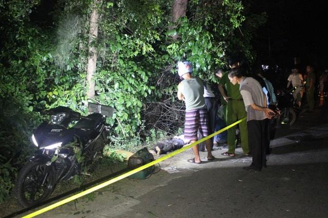 Hiện trường vụ tai nạn làm một người thanh niên tử vong sau khi đâm vào gốc cây