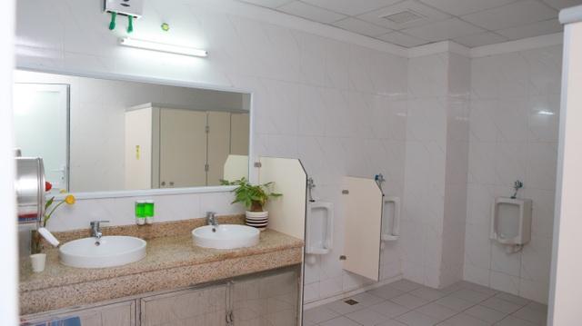 Nhà vệ sinh bệnh viện không chỉ sạch, mà còn đẹp, thân thiện với môi trường.