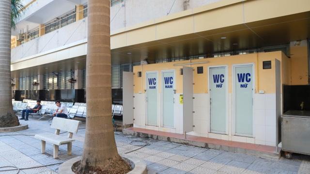 Bổ sung thêm các nhà vệ sinh bên ngoài khu khám chữa bệnh để phục vụ người thân bệnh nhân, giảm thiểu tình trạng quá tải nhà vệ sinh bệnh viện.