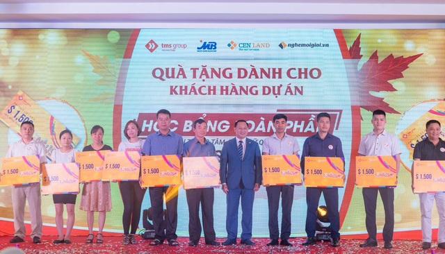 Ông Nguyễn Việt Thung - Tổng Giám đốc Tập đoàn TMS trao quà cho các khách hàng tại sự kiện.