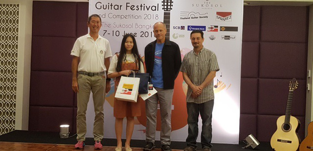 Nguyễn Thanh Thảo (thứ 2 từ trái sang) giành giải Nhất Liên hoan guitar quốc tế châu Á.