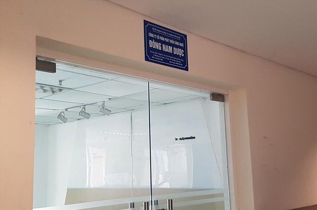 Bên ngoài Công ty Đông Nam Dược tại tòa nhà Sông Đà, đường Phạm Hùng