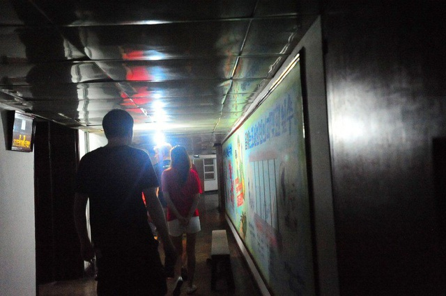 Nhóm du khách phương Tây khám phá tầng 5 của khách sạn bằng thang bộ. (Ảnh: Facebook)