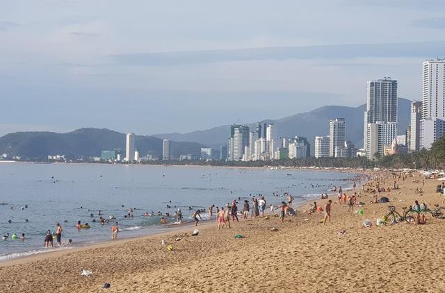 Bãi biển Nha Trang đông nghịt người trong ngày Tết Đoan Ngọ - 1