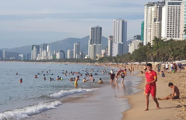 Bãi biển Nha Trang đông nghịt người trong ngày Tết Đoan Ngọ - 2