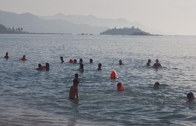 Bãi biển Nha Trang đông nghịt người trong ngày Tết Đoan Ngọ - 3
