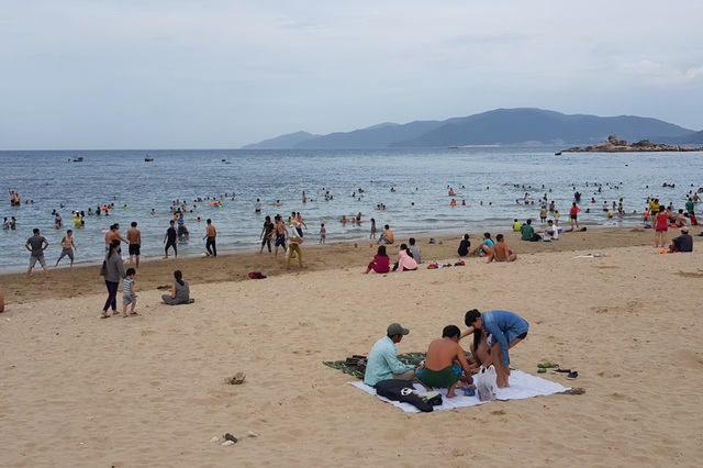 Bãi biển Nha Trang đông nghịt người trong ngày Tết Đoan Ngọ - 6