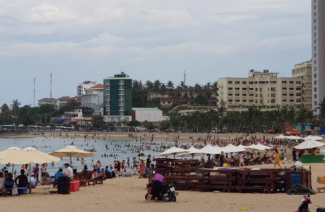 Bãi biển Nha Trang đông nghịt người trong ngày Tết Đoan Ngọ - 7