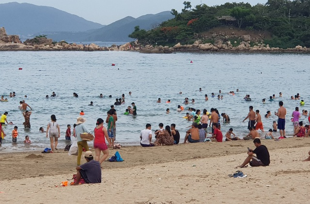 Bãi biển Nha Trang đông nghịt người trong ngày Tết Đoan Ngọ - 8